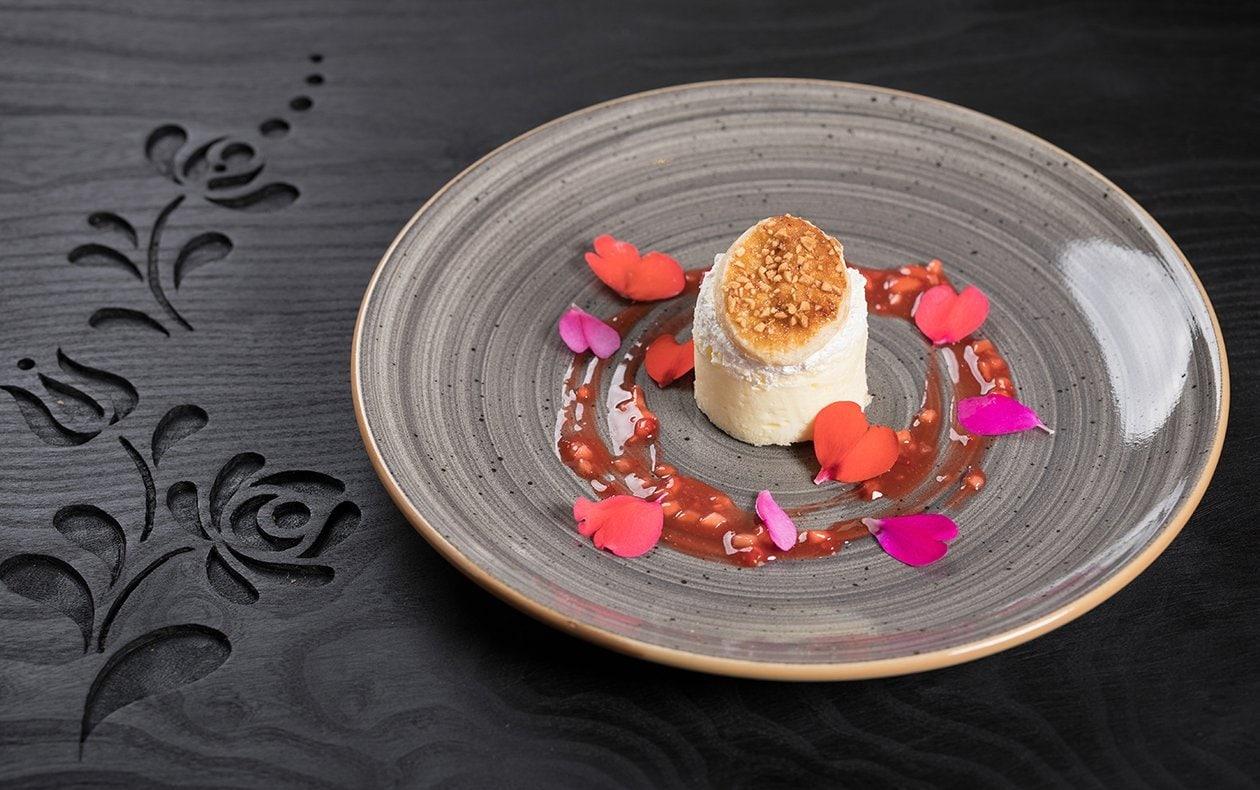 Pastel de crema con nata montada al coco y ragú de fresas