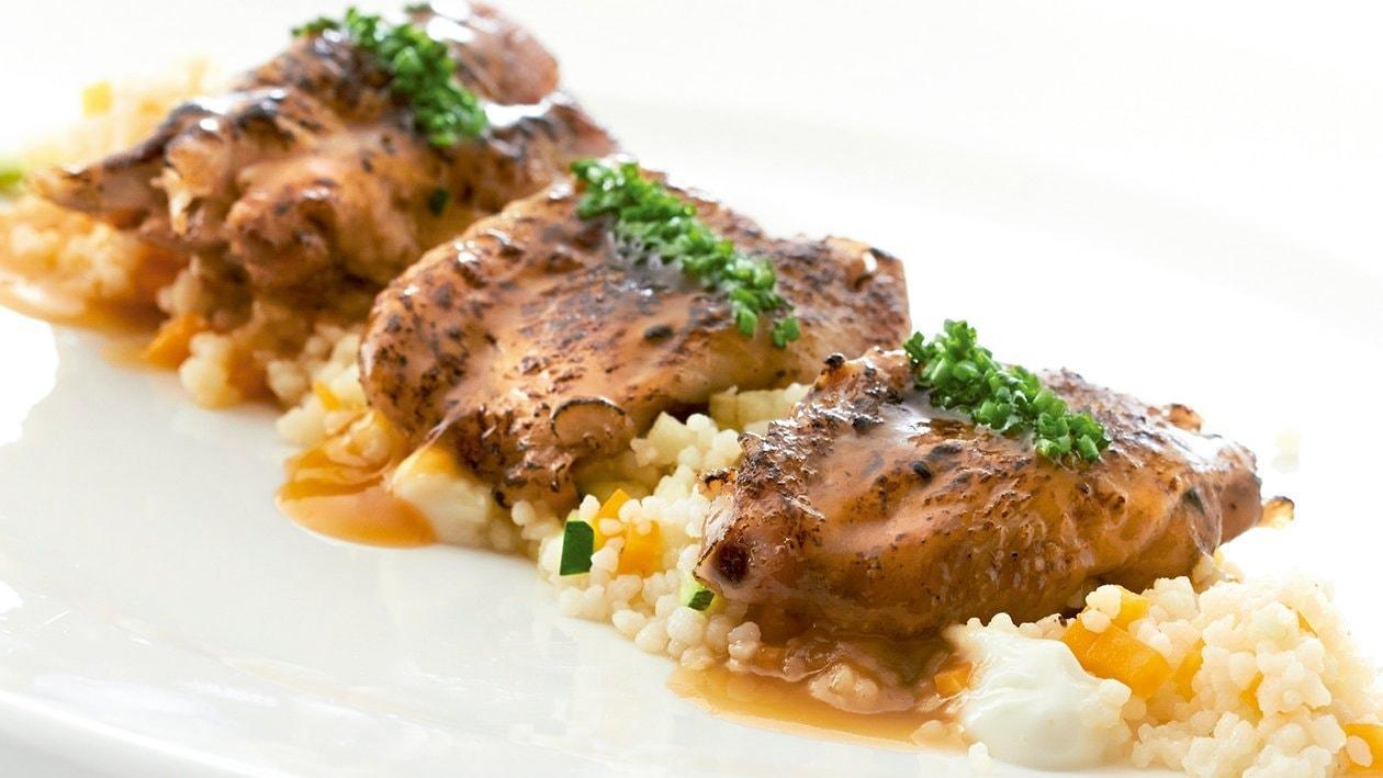 Alitas de pollo deshuesadas y gratinadas sobre un cus cus, alioli de lima y fondo reducido de ave