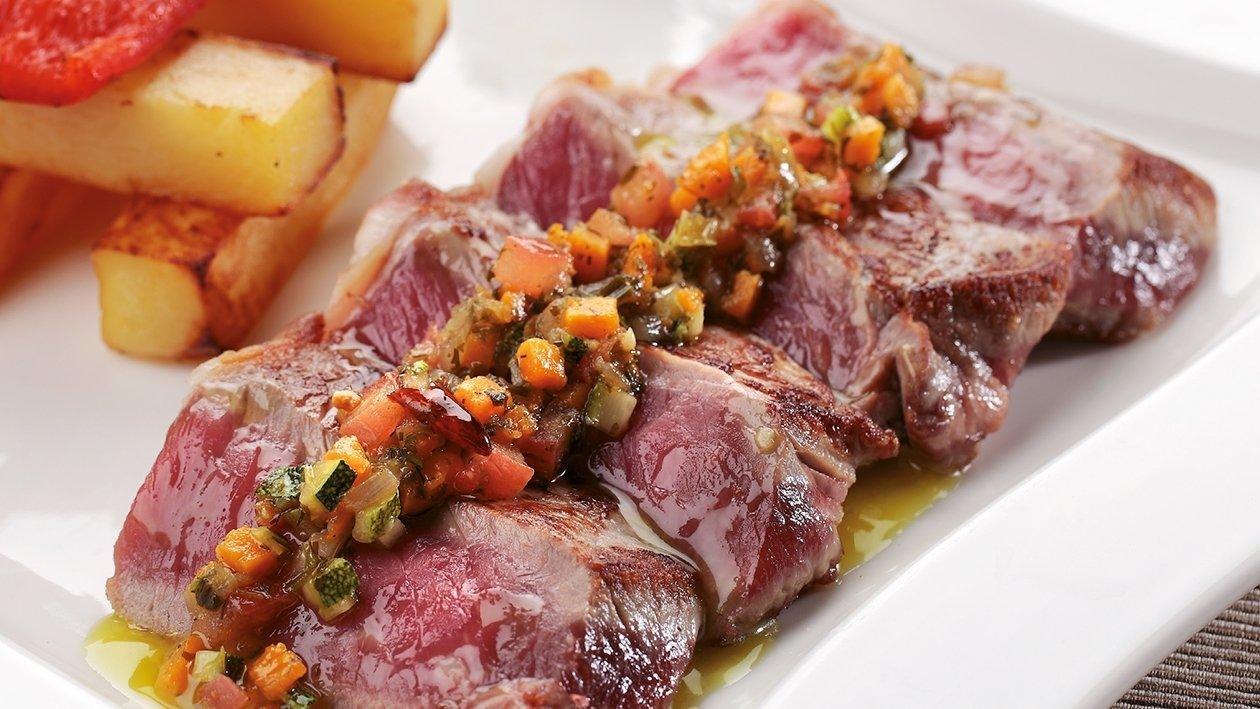 Chuleta a la piedra con vinagreta templada de verduras al txakoli