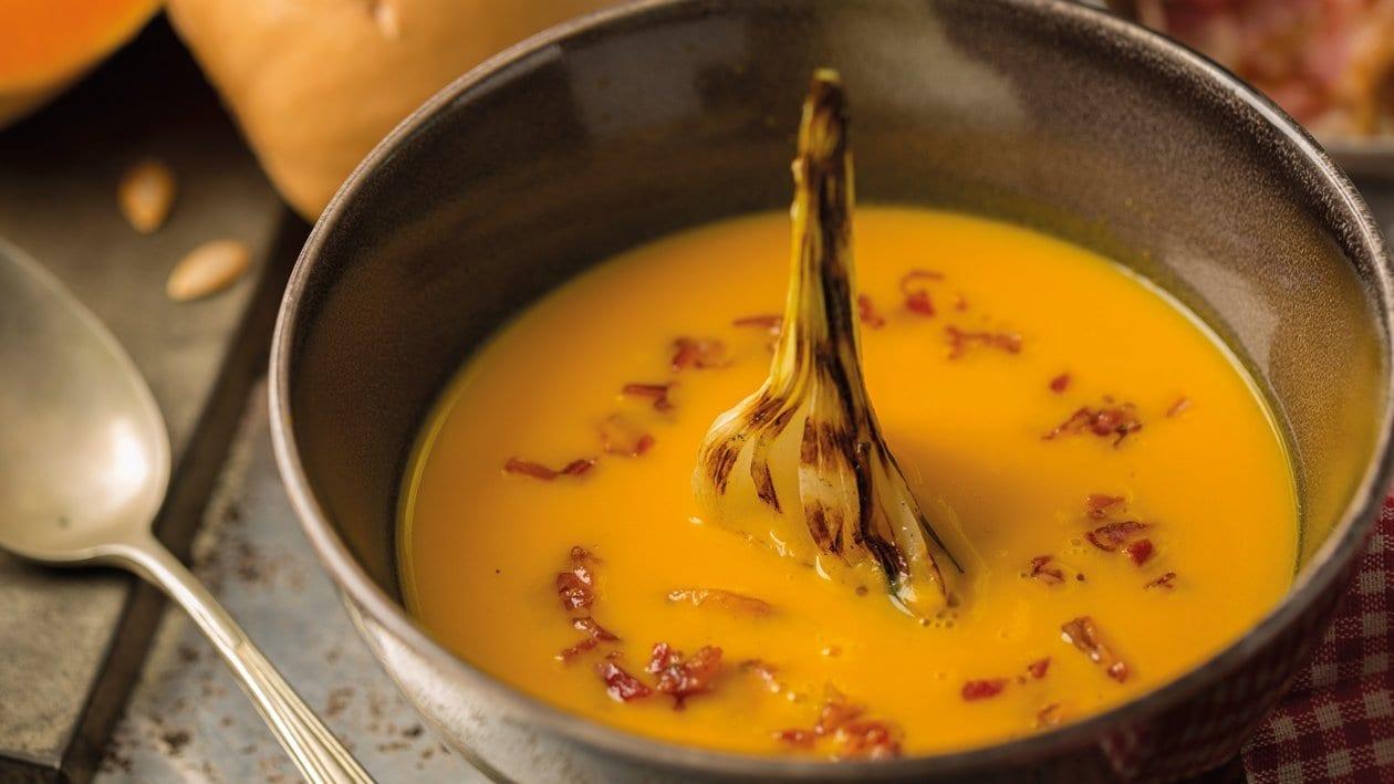 Crema de calabaza con cebolleta emparrillada y panceta