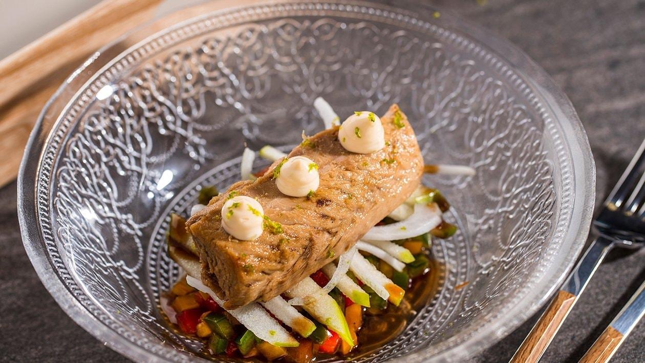 Picadillo de pimientos y cebolleta tierna, caballa y mayonesa de lima y cilantro