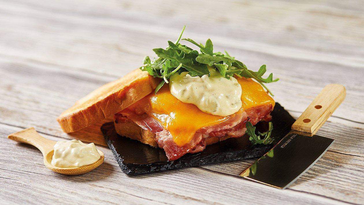 Sándwich cubano con mayonesa de pepinillo y mostaza