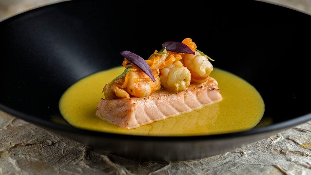Salmón confitado con suave salsa de curry y guiso de langostinos