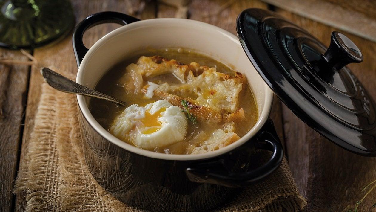 Sopa de cebolla tradicional con huevo poche de corral