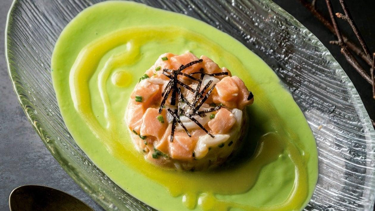 Tartar de salmón y gamba, gazpachuelo de aguacate, yuzu y arbequina